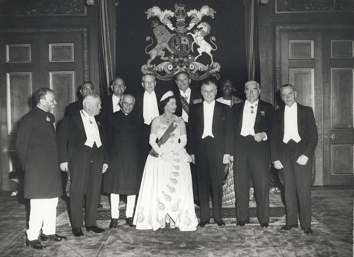 Standard queen elizabeth ii and the prime ministers of the commonwealth nations  at windsor castle  1960 commonwealth prime minister s conference
